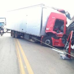 Caminhoneiro morre em colisão frontal com carreta na BR-116