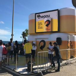 Campanha promocional dá cerveja de graça no Farol da Barra