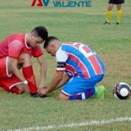 Adversário interrompe partida para ajudar jogador que não tem mão a amarrar chuteira
