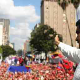 Aqui ninguém se rende', afirma Maduro após ato em Caracas