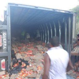 Ibirapitanga: Carreta tomba na BR-101 e carga de 'miojo' é saqueada por populares