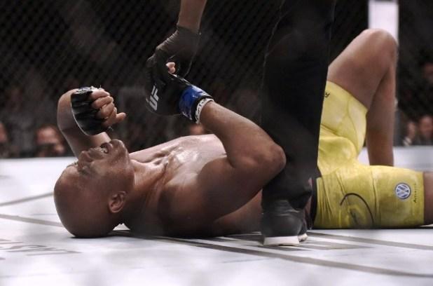 Anderson-Silva-lesiona-o-joelho-ap%C3%B3s-receber-chute-baixo-e-perde-para-Cannonier-no-UFC-237 Anderson Silva lesiona o joelho após receber chute baixo e perde para Cannonier no UFC 237