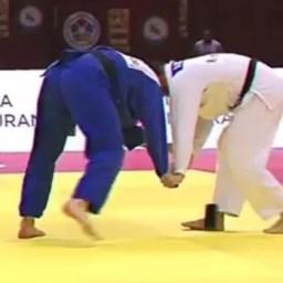 Judoca é eliminado por esquecer celular em quimono durante luta; veja vídeo
