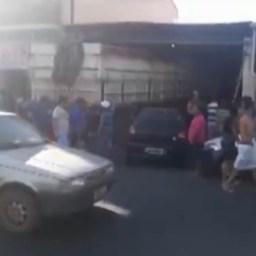 Vídeo: Carreta estacionada desce ladeira e invade academia no sudoeste da Bahia