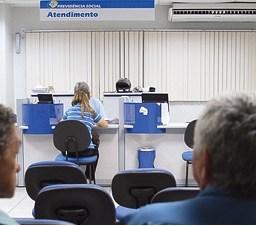 Servidor aposentado pelo INSS pode acumular proventos de cargo público, diz TRF-4
