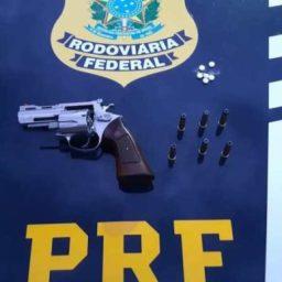 """PRF flagra caminhoneiro com revólver e comprimidos de """"rebite"""" na BR 242 em Barreiras"""