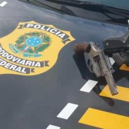 Dupla é presa por porte ilegal de arma de fogo na BR-101