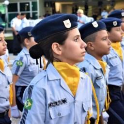 MEC impõe cabelo preso a meninas e proíbe piercings e cabelos pintados a garotos em escola cívico-militares