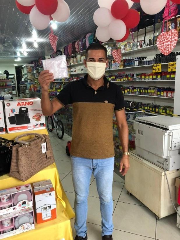 AGEUSP-e-time-Parque-Tur%C3%ADstico-fazem-doa%C3%A7%C3%A3o-de-m%C3%A1scaras-para-comerciantes-10 AGEUSP e time Parque Turístico promovem doação de máscaras no comércio de Gandu