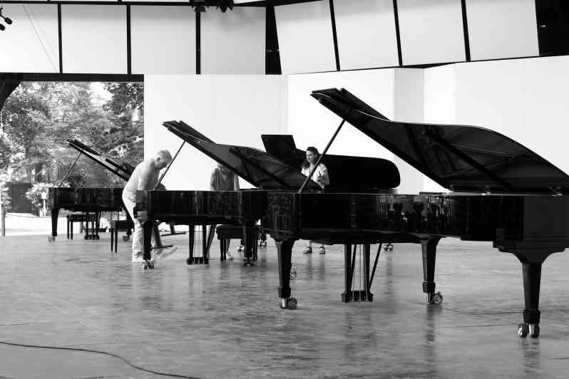 Denijs De Winter, le matin sur la scène pour le choix des pianos