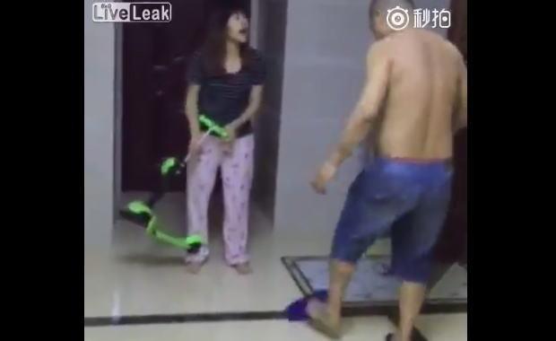 中国の夫婦喧嘩の映像です。