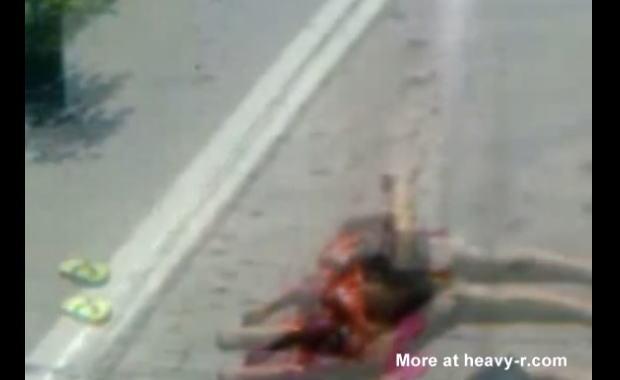 【閲覧注意】 路上で股が裂けてる女性。