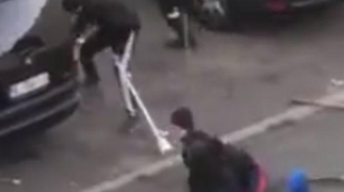 1人の男性がギャングによってリンチされている映像。