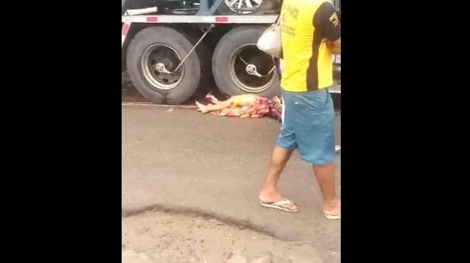 【閲覧注意】 車両運搬車に轢かれて潰れている女性。