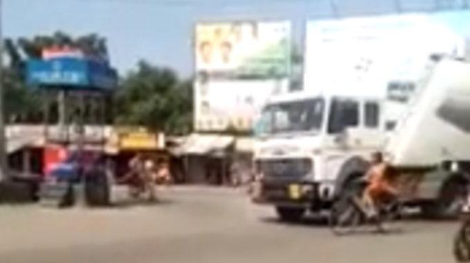 トラックに女性ライダーが押し潰される瞬間の映像。