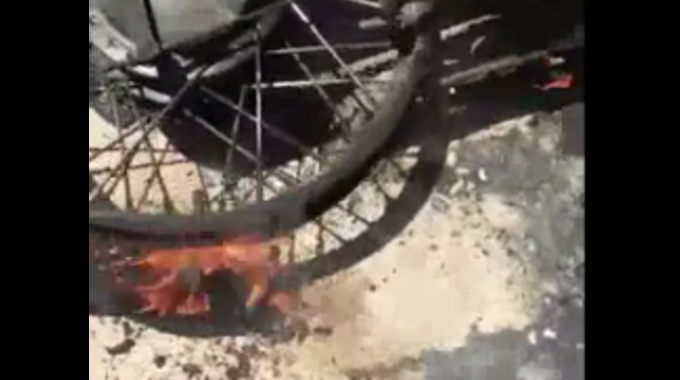 【閲覧注意】 バイクの事故で黒焦げになった黒人男性。