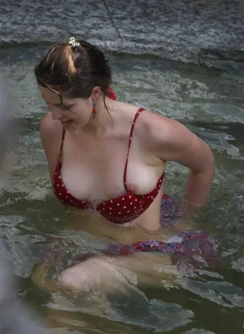 外人娘の横乳とか胸チラを激写した街撮りエロ画像をご覧下さい。