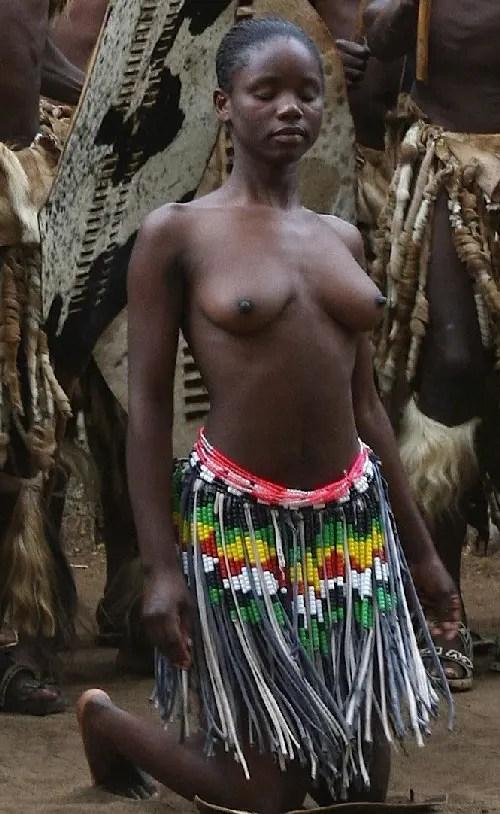 アフリカの部族がキレイなおっぱいを見せている。