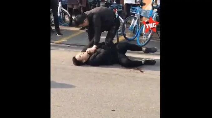【閲覧注意】 中国の路上でナイフで起きた殺人事件の瞬間。