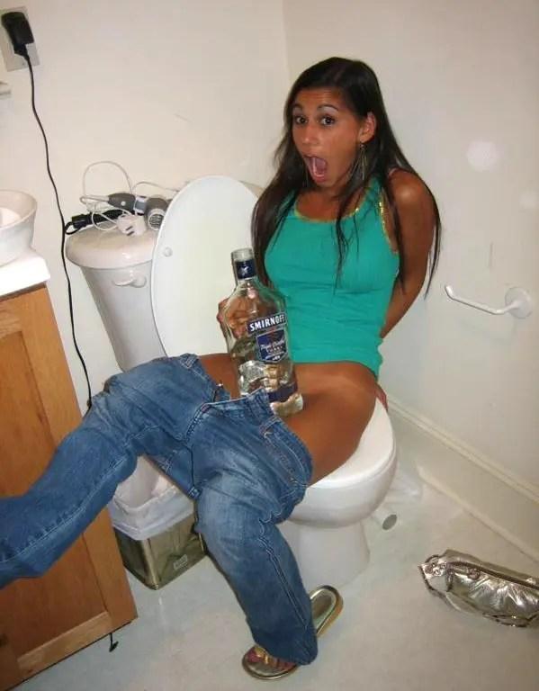 トイレでおしっこをしている外国人素人女性をパシャ!