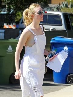 ノーブラのエル・ファニング(Elle Fanning)の乳首が半分見えてるね。