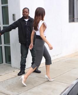 完全に横から乳首が見えている服を着ているセレーナ・ゴメス(Selena Gomez)