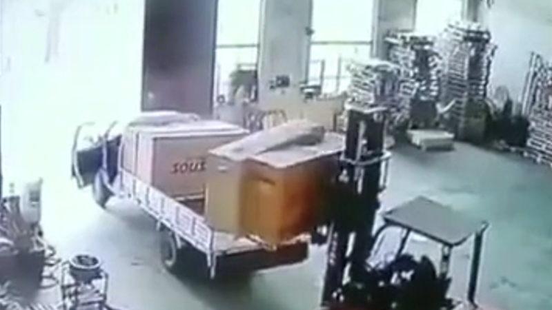 【閲覧注意】 倉庫内で自分の運転していたフォークリフトに轢かれた作業員が死亡したようだ。