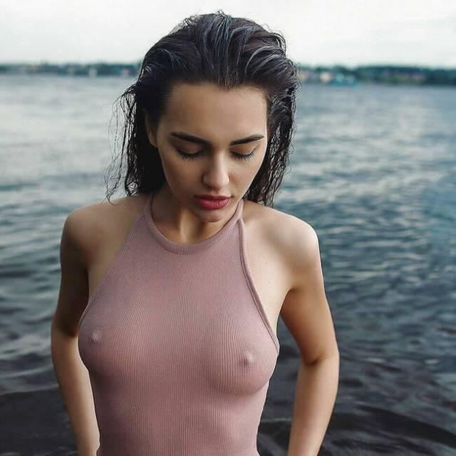 この外人女性、絶対ブラジャーしていないよね? だって乳首が見えてるもん。