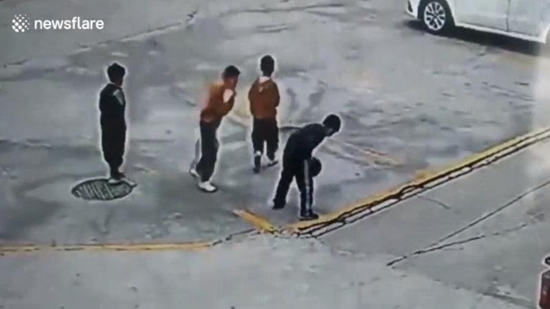 中国で子供がマンホールに爆竹を投げ込んだら爆竹以上の爆発をしたようです。