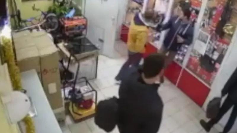 ロシアの小売店の防犯対策が完璧だった! でも客は大変。