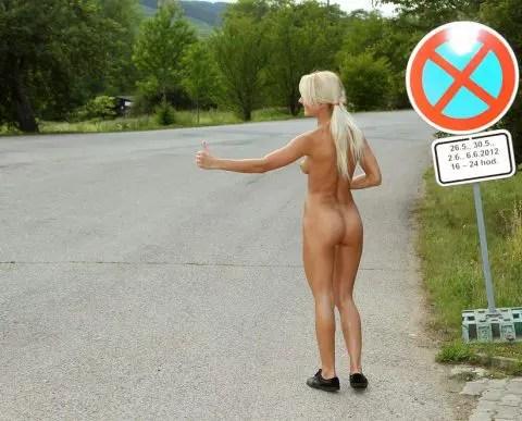 あなたならどうする? 裸の美女がヒッチハイクしている。