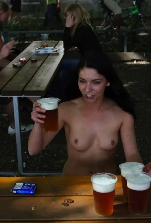 呑みまくってお酒に負けて何が何だかわからなくてスケベが前面に出てしまった外国人の若い女性達です。