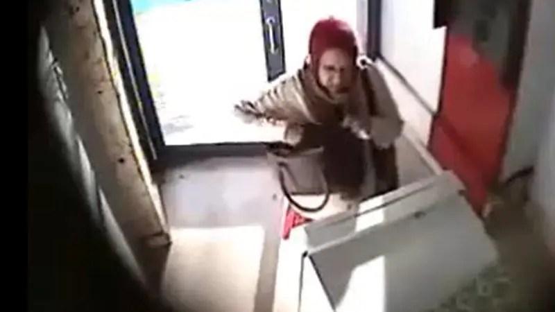 ATMで白人の老女が黒人の男性にお金も命も奪われた瞬間が監視カメラに映りました。