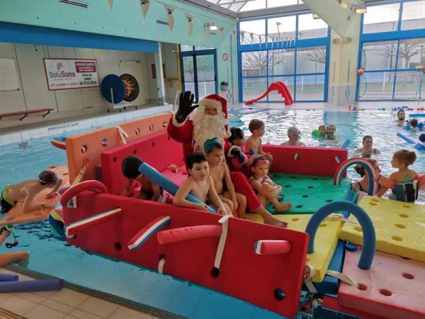 Photo du Père Noel aux bébés nageurs