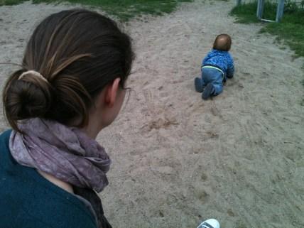 Kind krabbelt weg