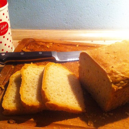 Brotbacken, frischgebackenes Brot, Backen mit Kindern, Dinkelbrot