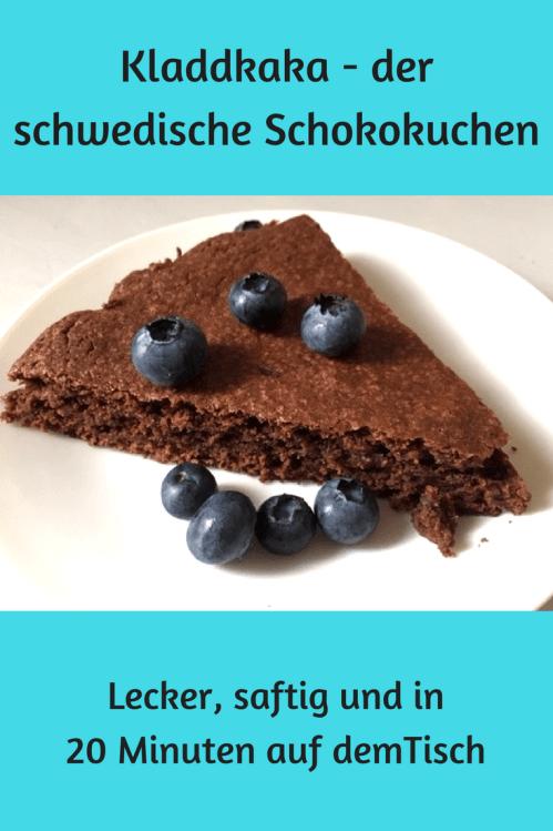 Kladdkaka - Rezept für den schwedischen klebrigen Schokoladenkuchen. Der Schokokuchen aus Schweden ist schnell nacg gebacken und schmeckt auch kindern. ä#backen #kuchen
