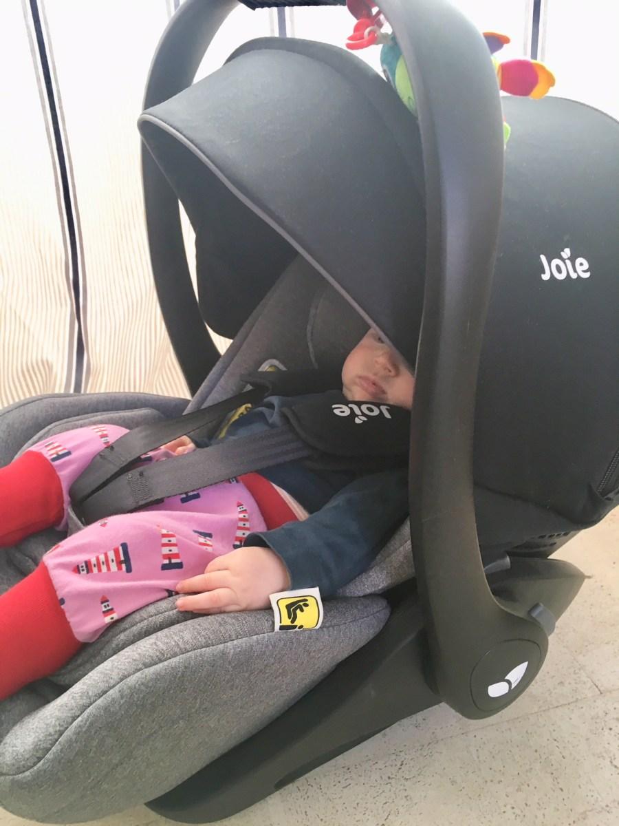 Babyausstattung: die Babyschale i-Level von Joie mit Isofix im Test. Kindersitz bis ca 18 Monate.