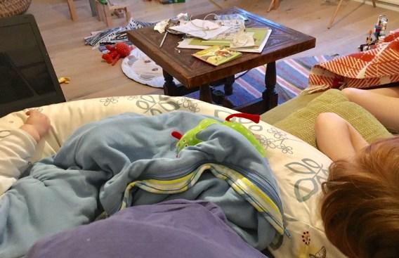 Home Office mit Kindern: Freiberuflichkeit hat ihre Vorteile. Und ihre Nachteile. Arbeiten mit Baby auf dem Schoß und zwei schlafenden Kindern neben mir auf dem Sofa.