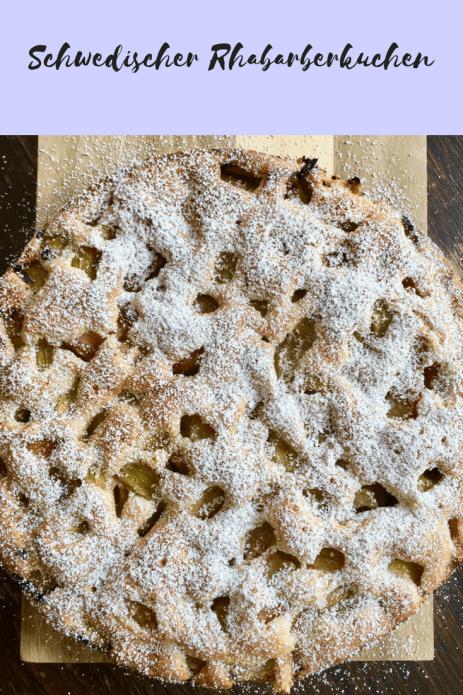 Rezept für einen schwedischen Rhabarberkuchen - saftiger Rührteig, verfeinert mit Vanille und Kardamom. Rezept aus einem Sommercafe in Schweden. Nicht nur zur Fika lecker. Ein schnelles Frühlingsrezept #kuchen #rhabarber #backen