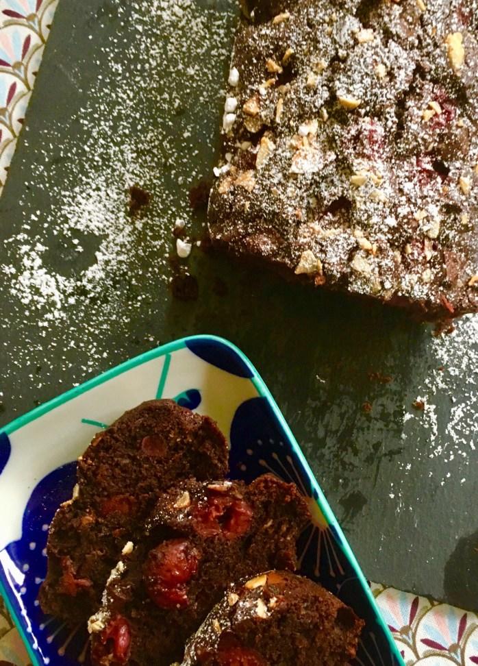 Rezept für schoko Browniekuchen mit Kirschen und Mandeln