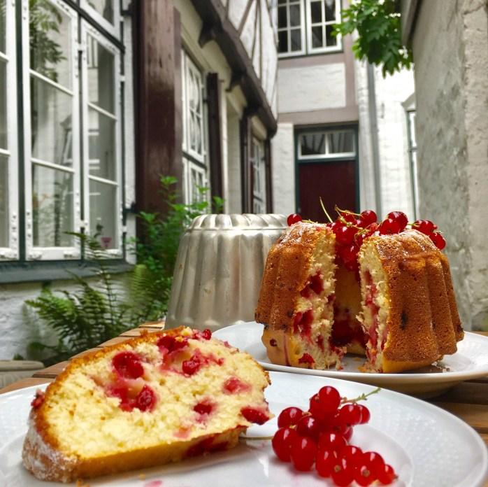 Rezept für Gugelhupf mlt Johannisbeeren -schneller Kuchen mit Beeren und lockerem Rührteig
