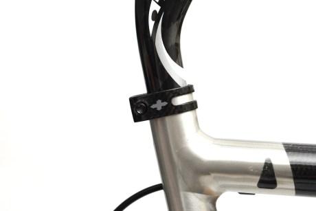 ブラックチタンボルト化で軽量化をシートクランプ「TRID DESIGN TRID WEIGHT WEENIE CLAMP Carbon」編