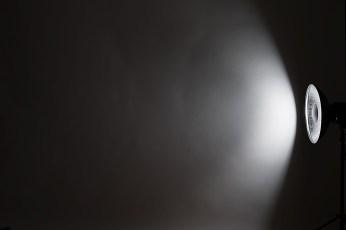ライティングのヒント・アクセサリー別の光源・スピードライトストロボ(真横)