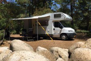 Camper op een camping in Zuid Europa