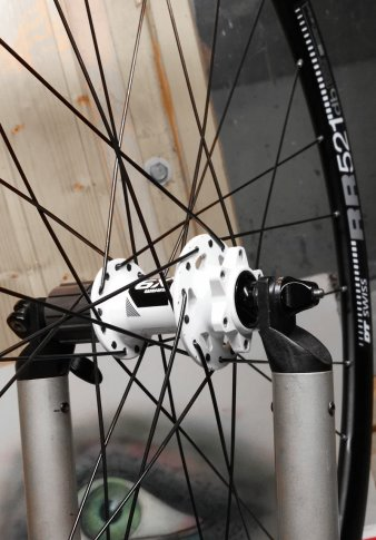 Hinterrad aus DT Swiss RR521db Felge und SRAM X.9 Nabe im Zentrierständer