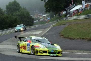 Lucas Luhr, Timo Bernhard, Mike Rockenfeller und Marcel Tiemann gewinnen das 24-Stunden-Rennen auf dem Nürburgring auf einem 911 GT3 (996).