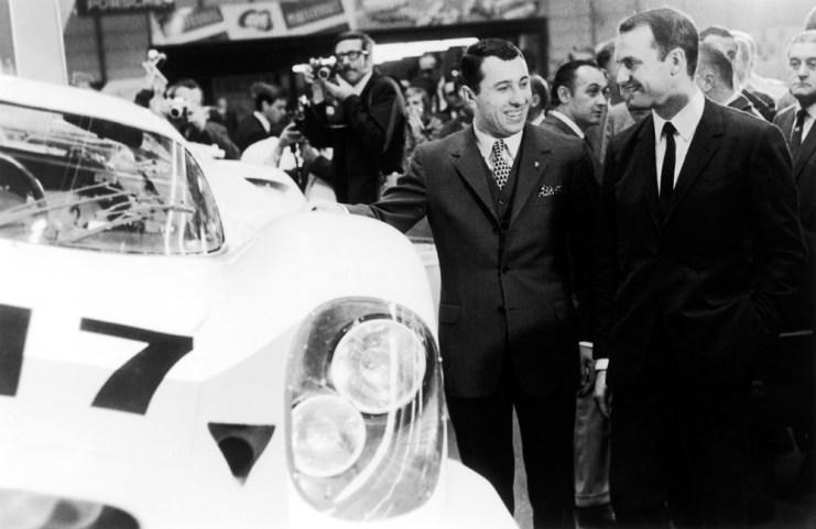 Ferdinand Piëch (rechts) zusammen mit Gerhard Mitter bei der Präsentation des Porsche 917 auf der Automesse in Genf 1969