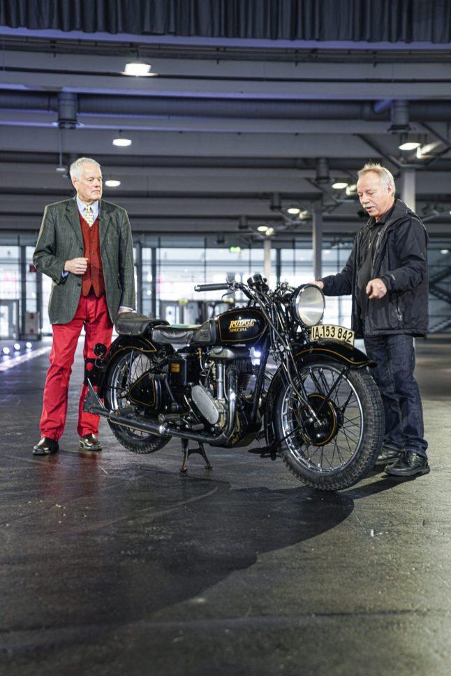 Besitzer Cord Warneke (rechts) erzählt Johannes Hübner, der das Online-Event am 6. Februar moderieren wird, die ungewöhnliche Geschichte seines Motorrads, einer Rudge Special aus dem Jahr 1937/38. Das seltene Schmuckstück wird im Rahmen des Online-Events der Bremen Classic Motorshow am Samstag, 6. Februar 2021, präsentiert. © M3B GmbH/Sven Wedemeyer