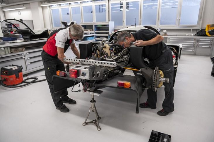 Alles begann mit der Zerlegung und den Ausbau des 962 C in der Werkstatt des historischen Motorsports. ©Porsche AG